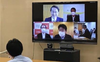 3日付で全国知事会の会長に就任し、オンライン記者会見にのぞんだ平井鳥取県知事(画面左上)
