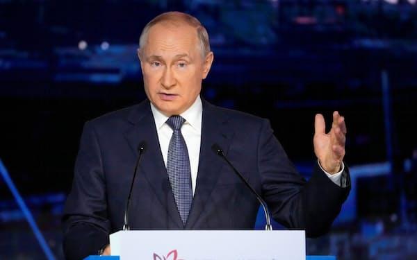 3日、東方経済フォーラムで演説するロシアのプーチン大統領=ロイター