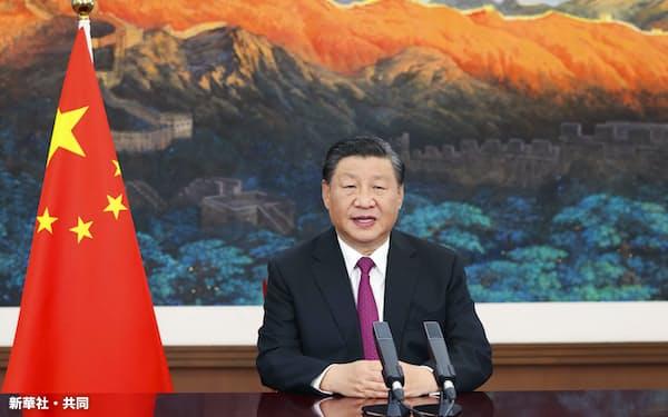 2日、北京で開幕した「中国国際サービス貿易交易会」でビデオ演説する習近平国家主席=新華社・共同
