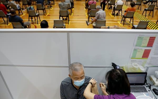 シンガポールは全人口の8割が新型コロナワクチンの2回接種を終えている=ロイター