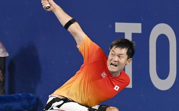 車いすテニス男子シングルス準決勝でプレーする国枝慎吾=共同