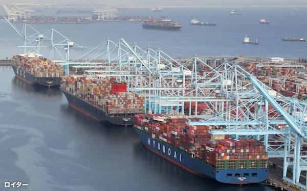 米西海岸では荷役を待つコンテナ船が渋滞している=ロイター