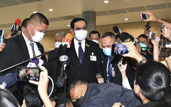 4日、タイ・バンコクで取材に応じるプラユット首相㊥=AP