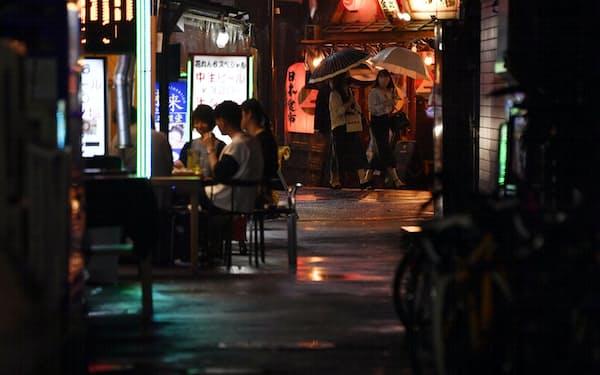 東京・新橋の飲食店街(4日)=共同