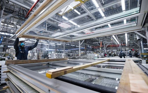 現場での作業を効率化するため、ガラス窓やドアは工場内で取り付ける(奈良市)=目良友樹撮影