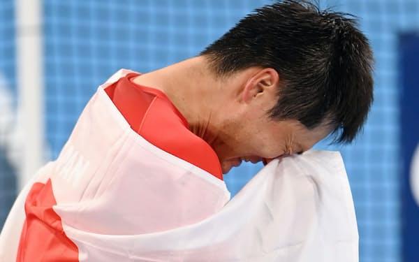 金メダルを獲得し男泣きする国枝