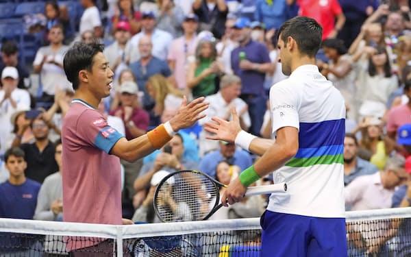 男子シングルス3回戦でノバク・ジョコビッチ(右)に敗れた錦織圭(4日、ニューヨーク)=USA TODAY