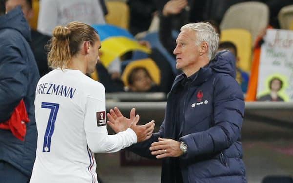 W杯欧州予選のウクライナ戦に引き分け、グリーズマン(左)をねぎらうフランスのデシャン監督(4日、キエフ)=ロイター