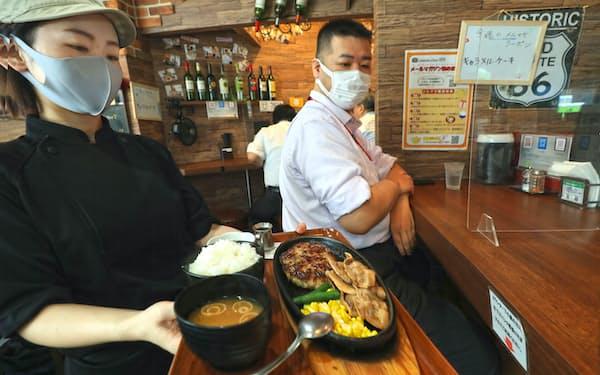 食材高騰を受け、付け合わせをブロッコリーからコーンにかえた(東京・新橋のHAMBURG&CURRY 919)