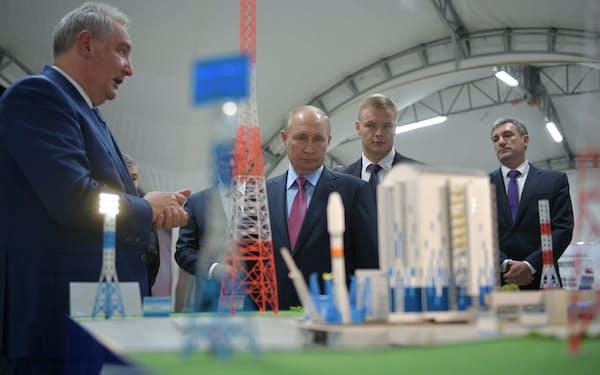 4 日、極東アムール州の宇宙基地を訪れたプーチン大統領(中央)=ロイター