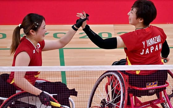 決勝で得点し、喜ぶ里見(左)山崎組