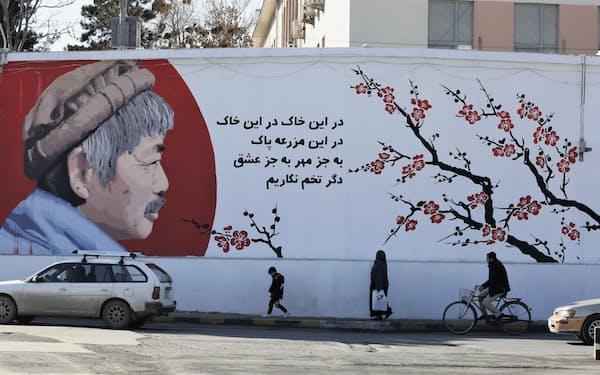 アフガニスタンの首都カブール中心部の塀に描かれた中村哲さん=2019年12月(共同)