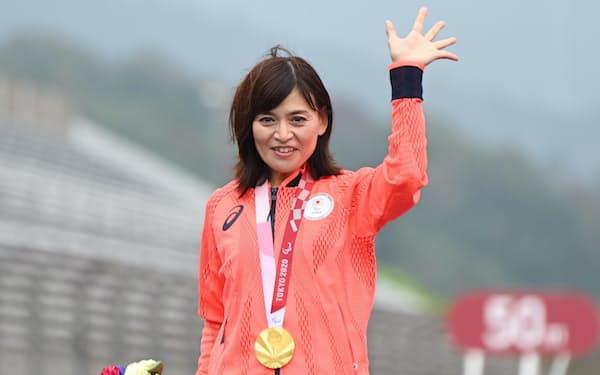 金メダルを胸に笑顔の杉浦佳子選手(31日午後、静岡県小山町の富士スピードウェイ)