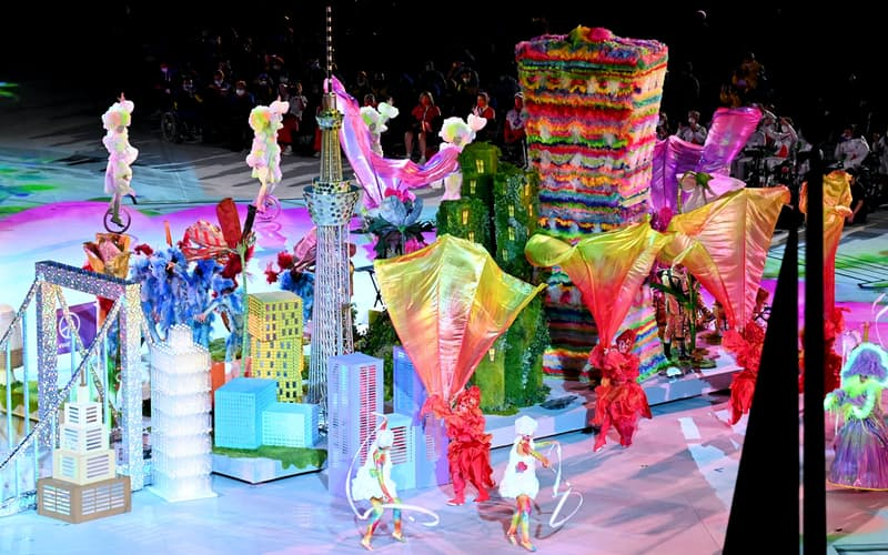 多様性を象徴する街を舞台にした閉会式のパフォーマンス