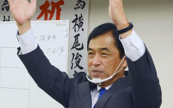 佐賀県多久市長選で7選を決め、万歳する横尾俊彦氏=5日夜、多久市