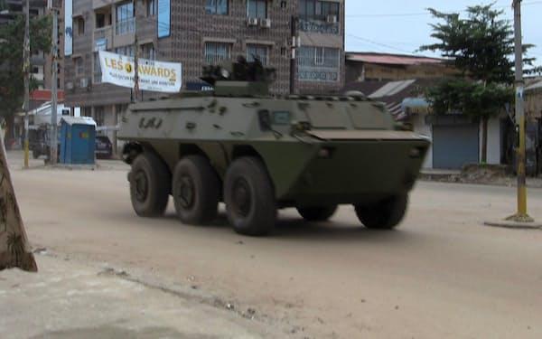 5日、ギニアの首都コナクリを走る軍の装甲車(ロイター=共同)