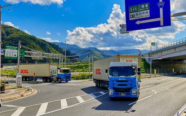 輸出する海産物を載せて釜石港に向かう冷凍コンテナ車。三陸道の整備で沿岸水産業者の物流が変わっている(岩手県釜石市)