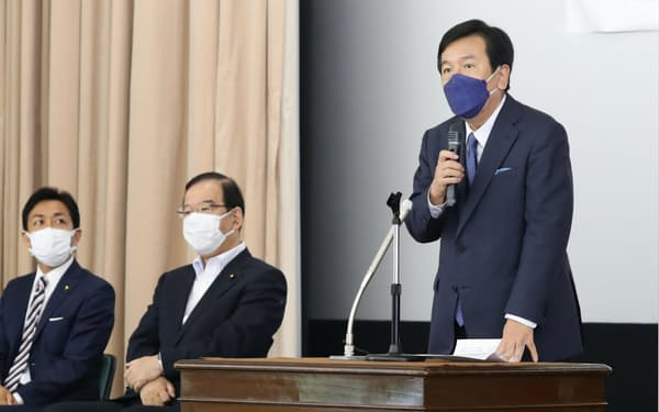 野党の合同集会での立憲民主党の枝野幸男代表㊨ら(8月、国会内)