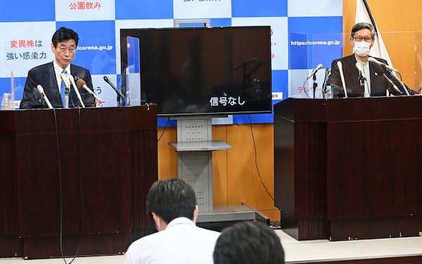 尾身茂氏㊨が会長の新型コロナ感染症対策分科会は行動制限緩和に向けた提言を出した(3日、東京都千代田区)