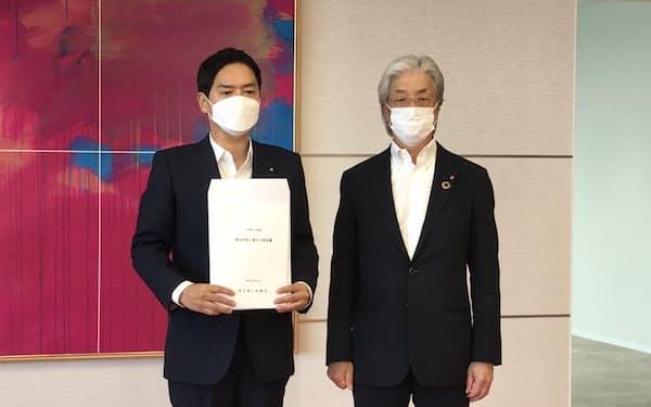 上野会頭㊨が山中市長に要望書を提出した