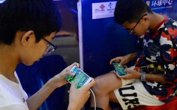 ゲーム愛好者の多くは子どものころからプレーを楽しんでいる(中国・河北省)=ロイター