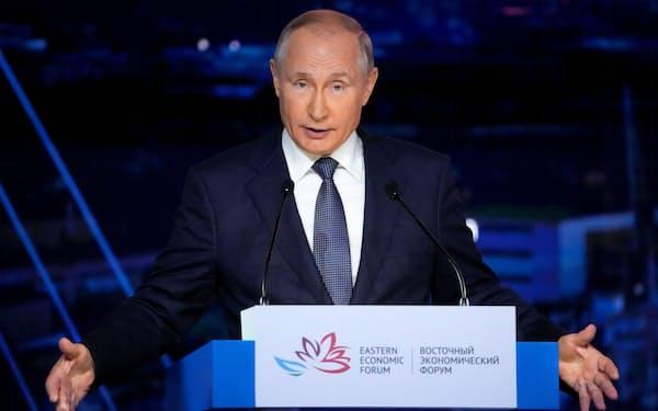3日、ロシア極東ウラジオストクで開かれた「東方経済フォーラム」で発言するプーチン大統領(ロイター=共同)