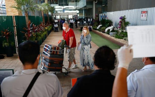 7月に観光再開したプーケットでは外国人旅行者数が伸び悩んでいる=ロイター