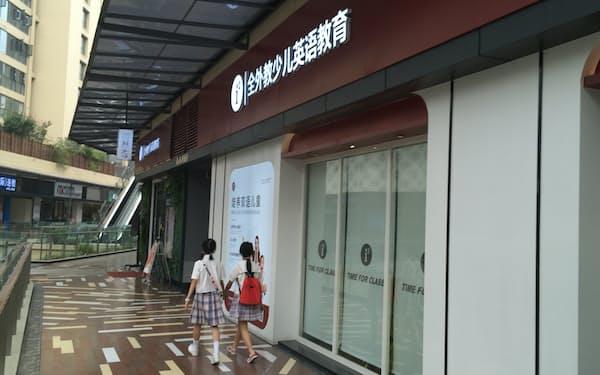 中国の教育熱は異常に高く、教育費が高騰していた(四川省成都市の英語教室、7月撮影)