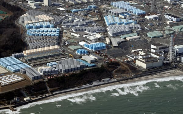 東京電力福島第1原発の敷地内に並ぶ、処理水などを入れるタンク