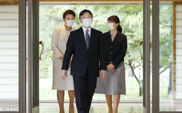皇居・御所に入る天皇、皇后両陛下と長女、愛子さま(6日午後)=代表撮影
