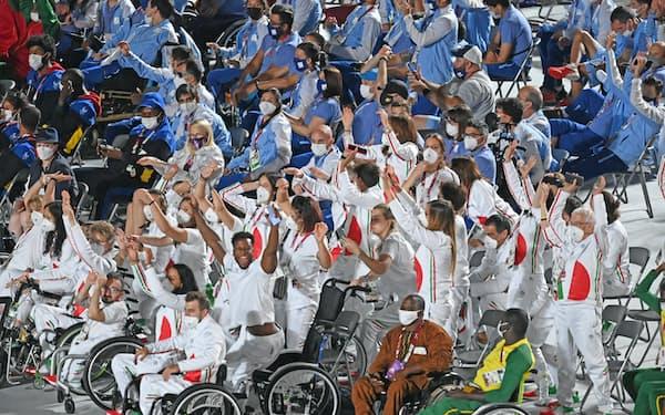 東京パラリンピックの閉会式で盛り上がる世界各国の選手ら