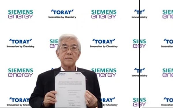 独シーメンス・エナジーとグリーン水素技術で戦略的パートナーシップ契約を締結したと発表する東レの日覚昭広社長(写真㊧、6日)
