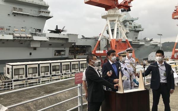 英空母「クイーン・エリザベス」の前で記者会見する岸防衛相(6日、神奈川県横須賀市)