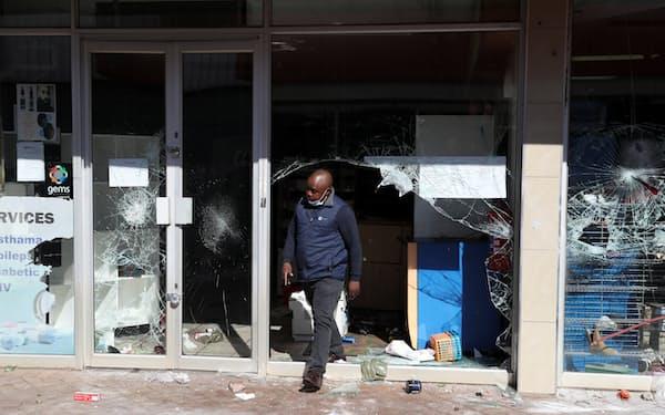 略奪の被害にあった店舗(7月12日、ヨハネスブルク近郊)=ロイター