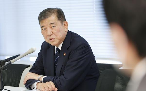 記者の質問に答える自民党の石破茂元幹事長(8月30日、国会内)=共同