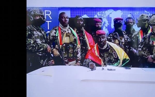 ギニアでクーデターを実行した特殊部隊のドゥンブヤ大佐㊥が5日、国営テレビで演説した=AP