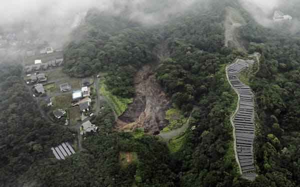 静岡県熱海市の土石流の基点(中央)は太陽光発電所(右)に近かった=共同