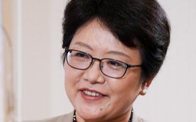 いわま・ようこ 京大法卒。ドイツの日本大使館専門調査員などを経て、現職。57歳。