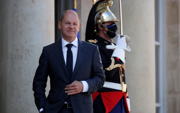 パリのエリゼ宮に到着した独社民党の首相候補、ショルツ財務相(6日)=ロイター