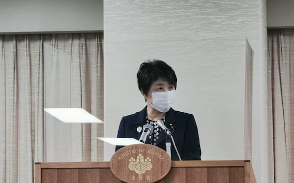 記者会見する上川法相(7日、法務省内)
