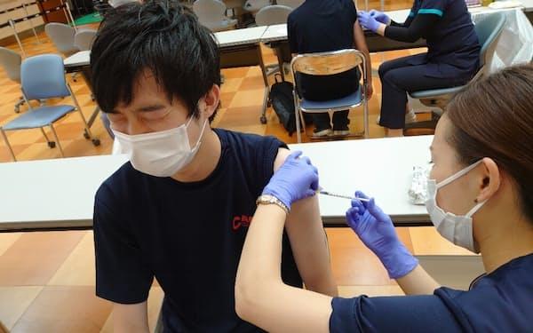 ワクチン供給再開を受け中小企業にも職場接種が広がってきた(サンコーインダストリーの接種の様子、9月3日)