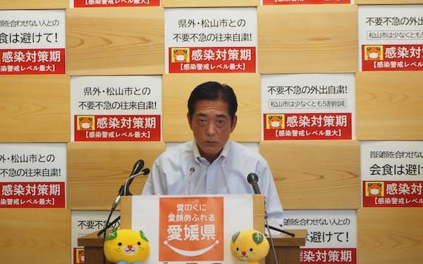 記者会見に臨む愛媛県の中村知事(7日、愛媛県庁)