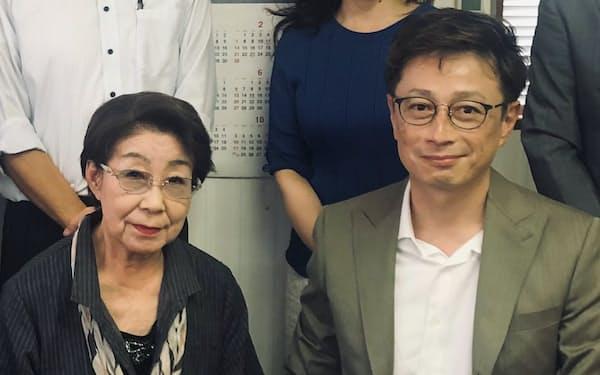 契約に調印したYPCの山崎氏㊨とサンキ眼鏡の上村氏
