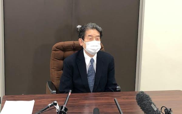 記者団の取材に応じる仙台市ガス事業の民営化推進委員会の橘川武郎委員長(7日、仙台市役所)