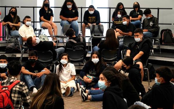 米国では多くの学校が再開する中で、マスク着用の義務化を巡る論争も各地で展開されている=ロイター