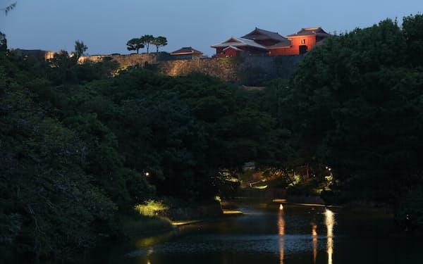 夕闇に浮かび上がる首里城