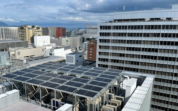 ピエトロは福岡市内の本社ビル屋上に太陽光パネルを設置した