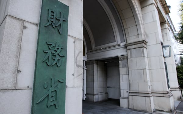 財務省は成長投資と歳出改革の両立を迫られる