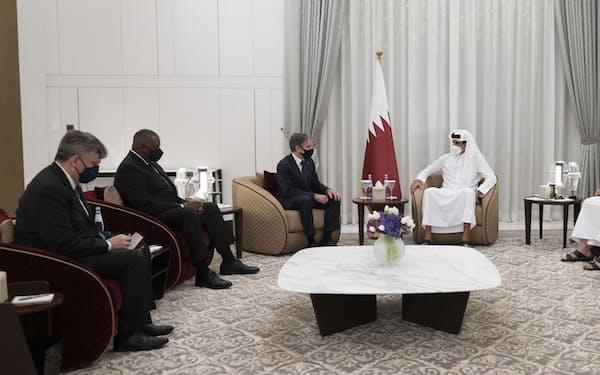 6日、カタール・ドーハで、タミム首長(右から3人目)と会談する米国のブリンケン国務長官(左から3人目)、オースティン国防長官(同2人目)=カタール政府提供・ゲッティ共同