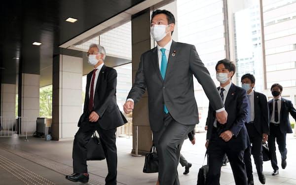 弁護団とともに東京地裁に入る秋元司被告=代表撮影